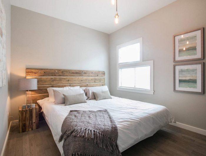 Кровать из массива в дизайне небольшой спальни