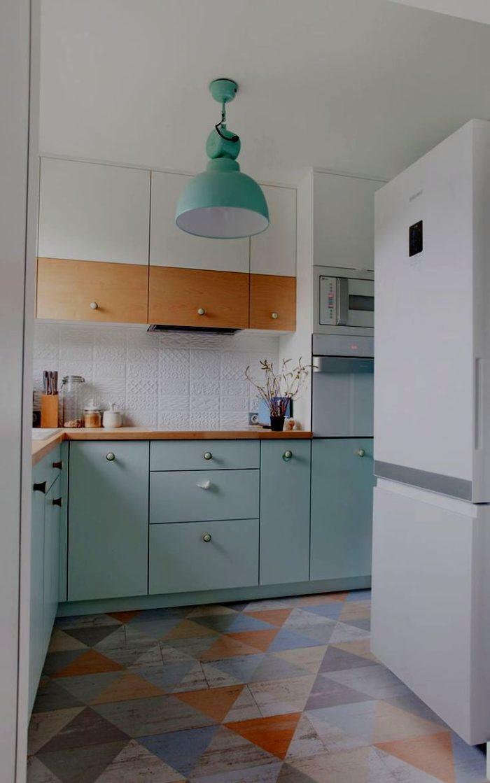 Blå stol och förkläde i modernt kök