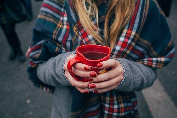 Девушка с чаем в руках
