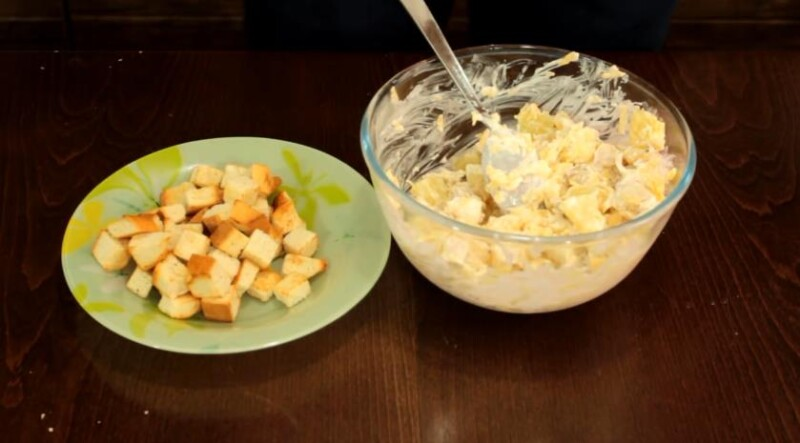 Крекерлері бар дәмді тауық және ананас салаты