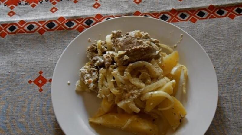 Thịt lợn tuyệt vời với khoai tây trong lá nướng trong lò