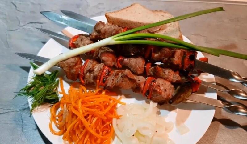 Απλή συνταγή μαρινάδα για χοιρινό κεμπάπ με ξύδι και κρεμμύδια σε 2 κιλά κρέατος