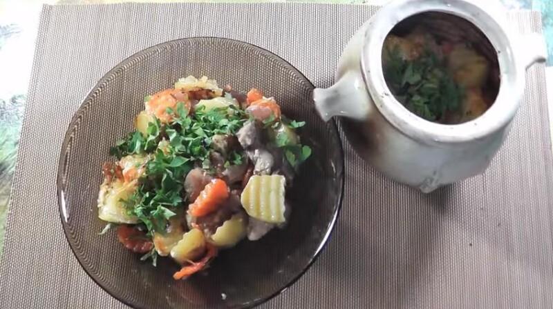 Công thức thịt lợn gốc đơn giản trong khoai tây trong lò
