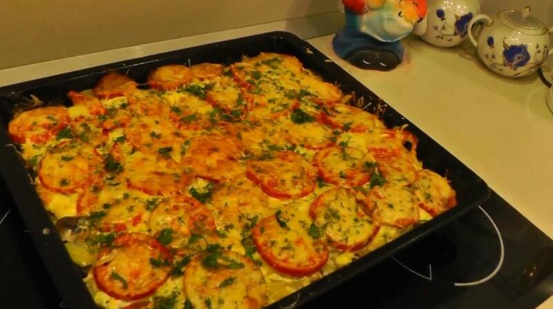 Mycket delikat, unik doft av maträtten. Läcker chumlax i ugnen med svamp, tomater och ost får oss att glömma pressproblem och kasta sig in i fantasivärlden.