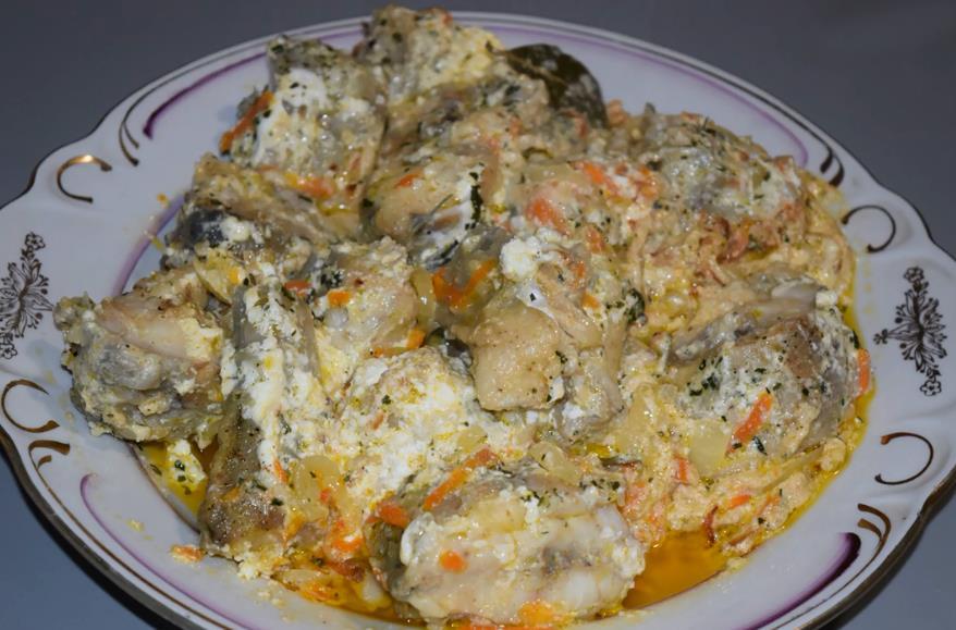 Mixtai rebus dalam krim masam dengan bawang dan wortel dalam kuali