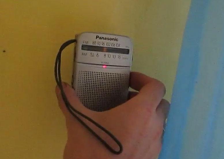 Cómo encontrar el cableado detrás de la pared con la ayuda de la radio.