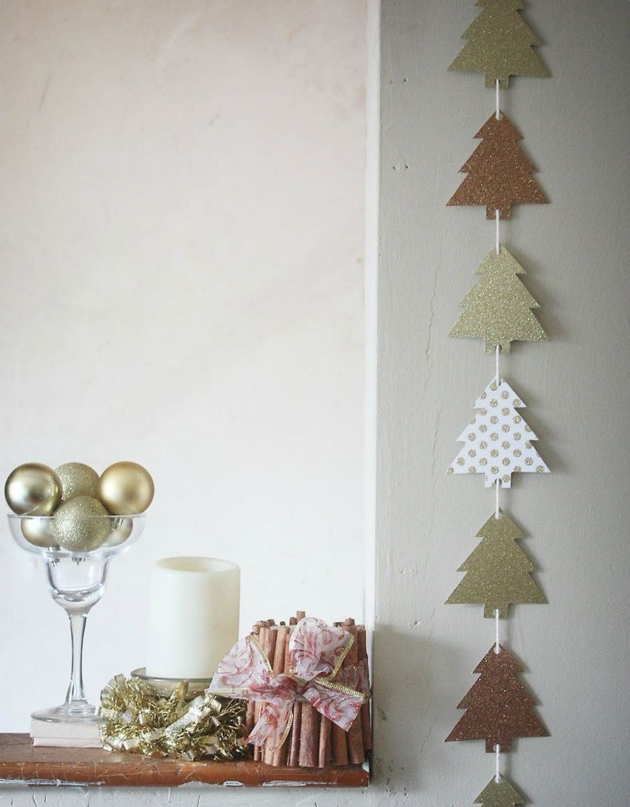 Option how you can decorate the wall with a paper garland
