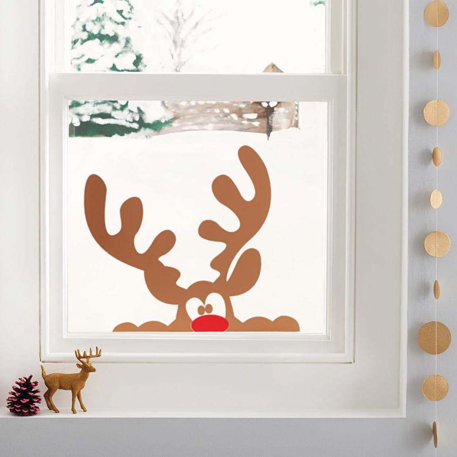 Иллюстрация оленя - неотъемлемый атрибут Нового года, так почему бы не разместить его на окне