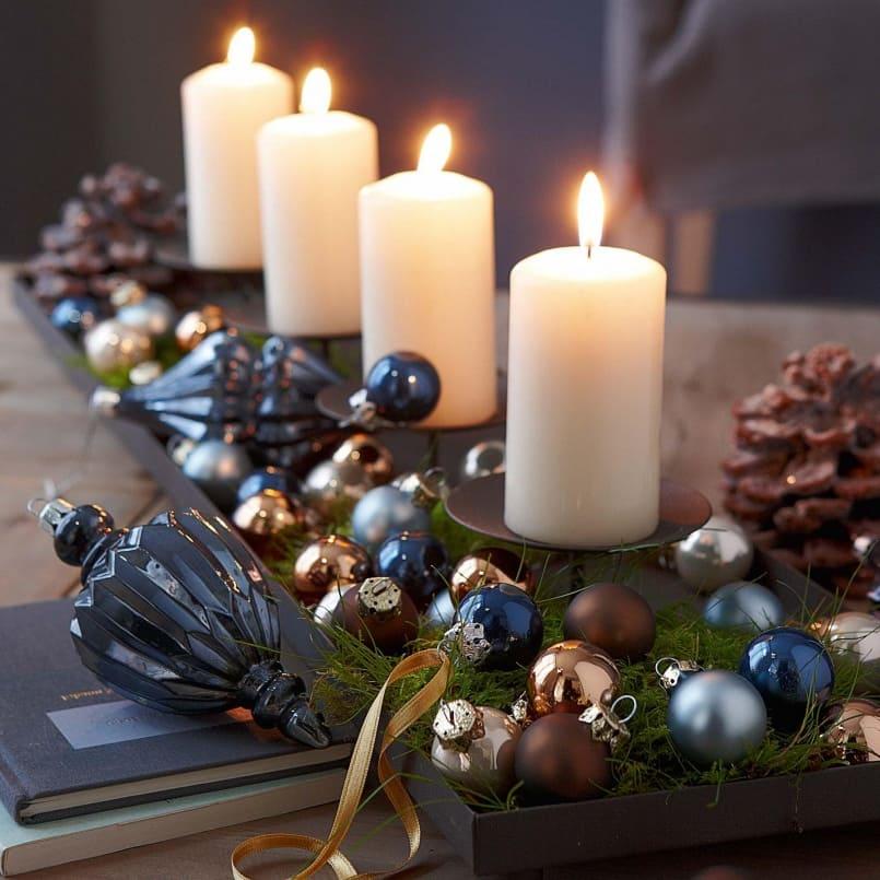 Lilin aromatik, dihiasi dengan mainan pokok Krismas akan menjadi tambahan yang baik untuk jadual Tahun Baru.