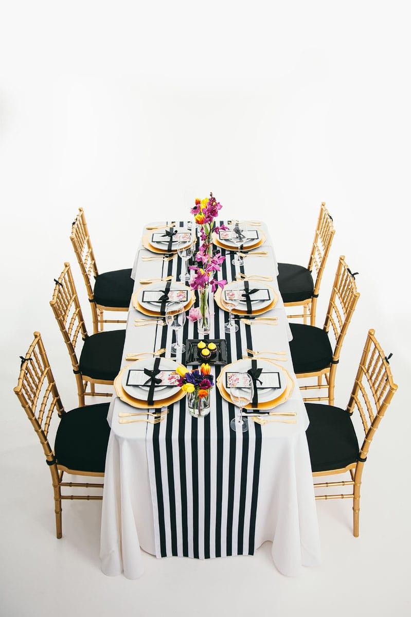 Divatos székek és látványosan díszített asztal a glamour partyhoz