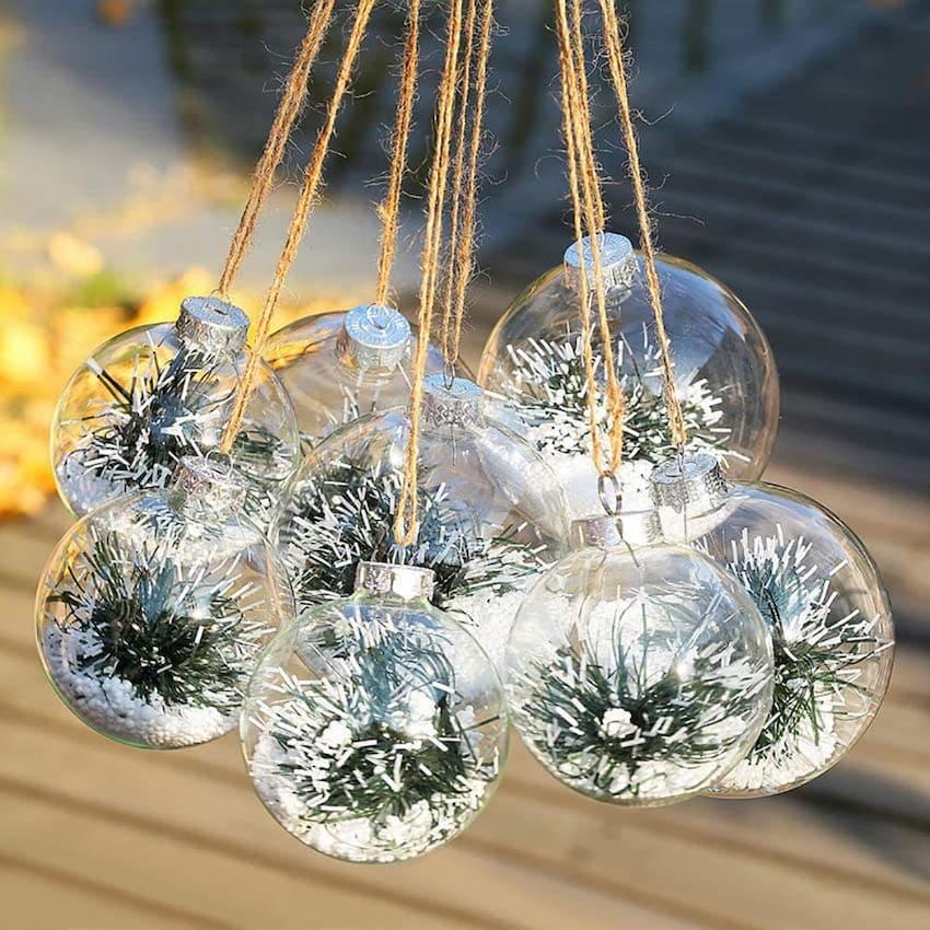 Pro výzdobu novoročních míčů můžete použít absolutně žádné dekorace.