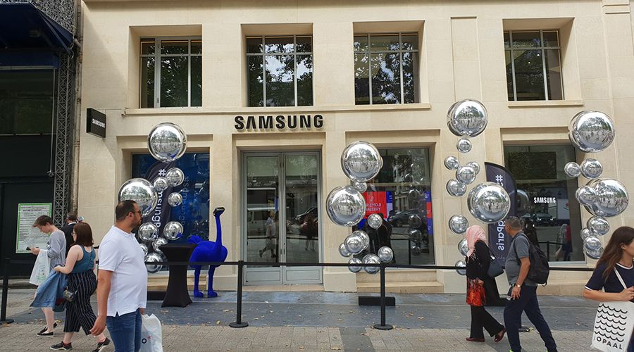 Samsung opens its showroom on the Champs     lys    es     TECH2 Apple and Xiaomi in sight