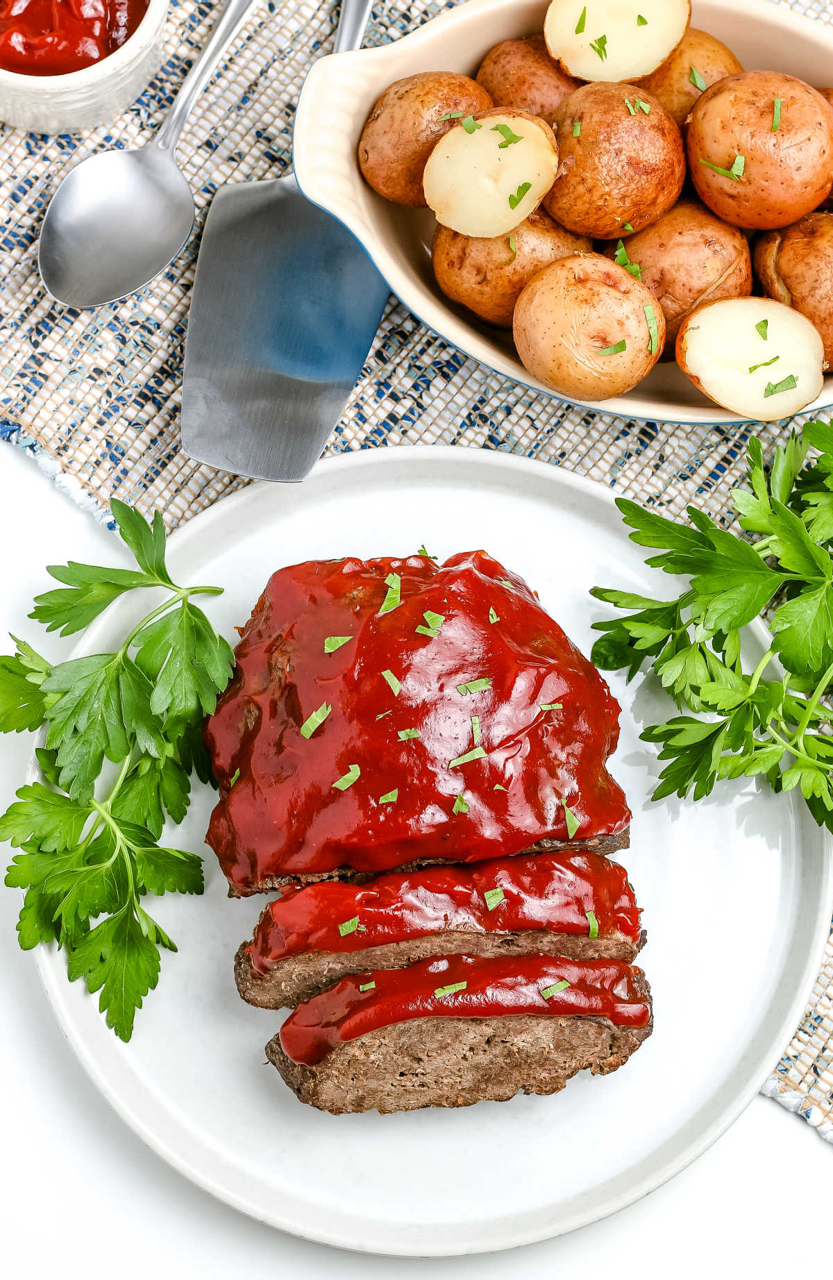 Classic Meatloaf just got a whole lot easier with this Instant Pot Meatloaf and Potatoes recipe! Cook the whole meal right in the sam pot. Flavorful meatloaf and tender seasoned potatoes, just what your family asked for, but with a lot less time! via @easybudgetrecipes
