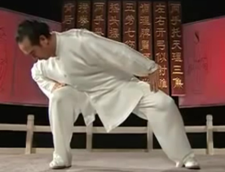Qigong   Tai Chi Notebook We notice that he does not lunge right and left  that is  he does not  straighten the leg he is leaning away from  Instead he  mostly  leaves his  hips in
