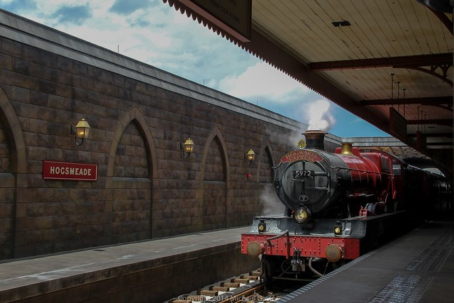 Real-life Hogwarts Express train debuts at Universal ...