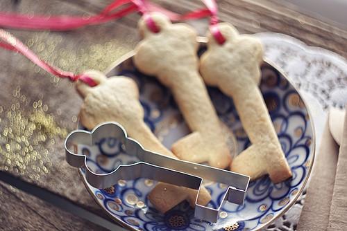 Pour faire des biscuits, prenez simplement la boule de pâte et appuyez dessus dans le moule, dissiez les bords et obtenez le cookie.