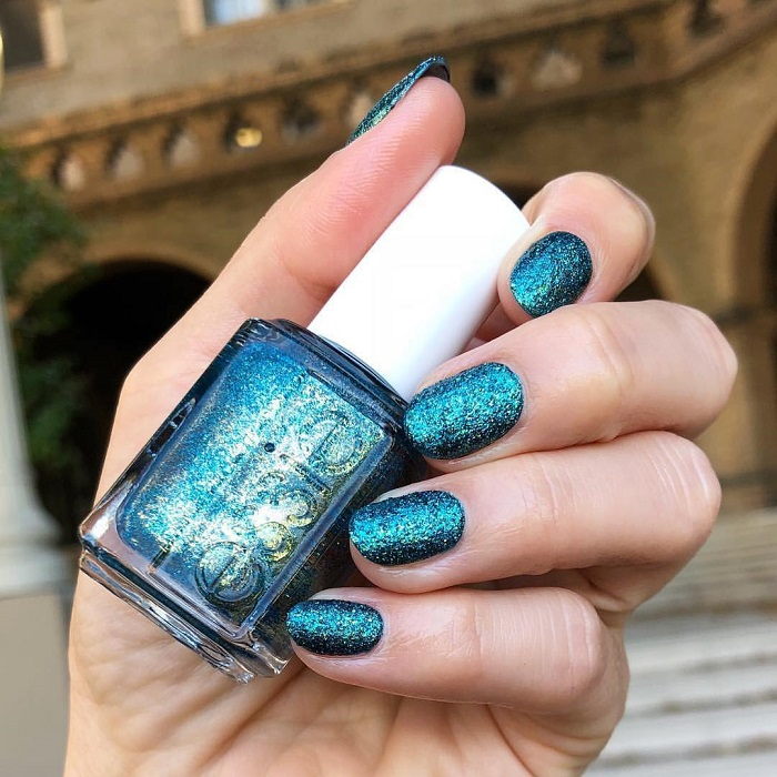Trendy-Nail-Designs-You-Have-To-Try-This-Winter-glittery nails