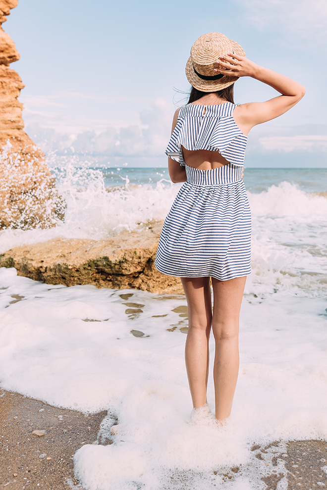 How-to-Wear-a-Sundress-beautiful-woman-in-sundress-on-the-beach-in-a-hat
