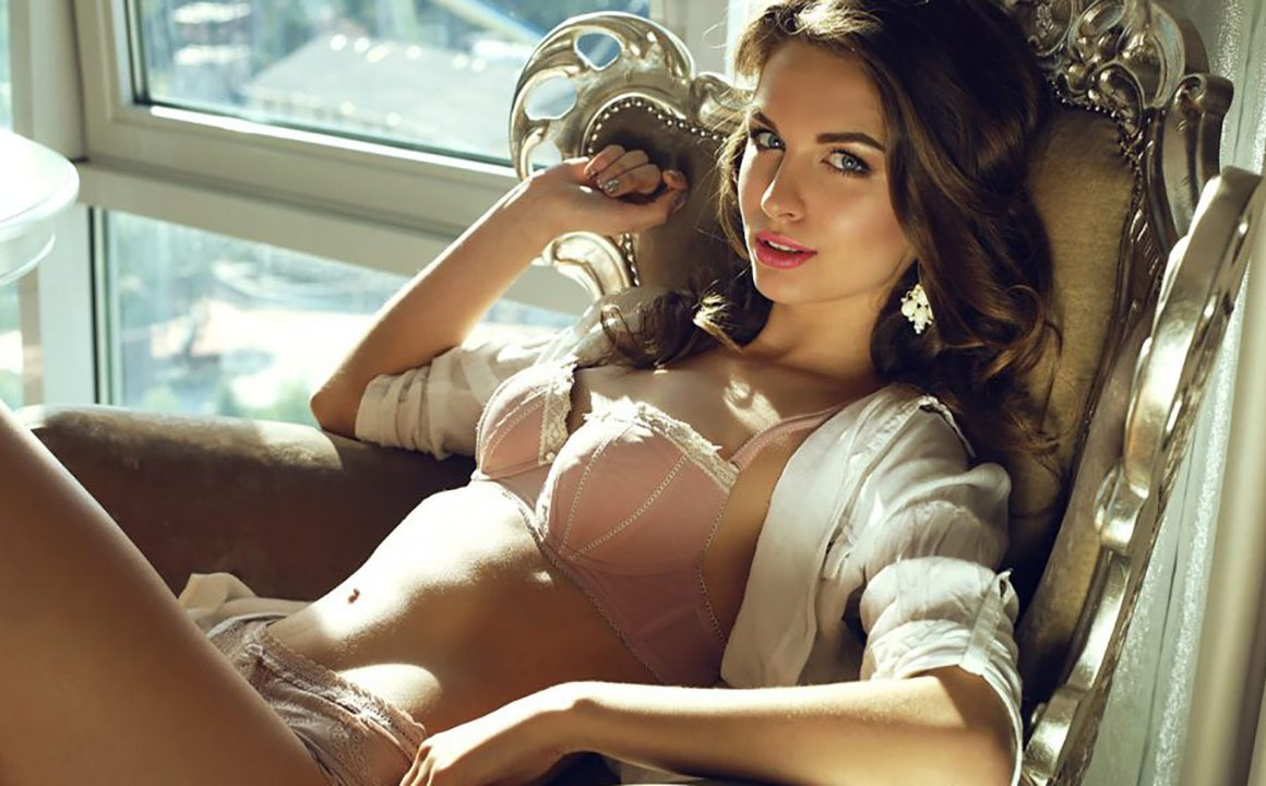 why-its-importnat-to-wear-a-bra-every-day-main-image-beautiful-girl-sitting-inside-in-her-bra