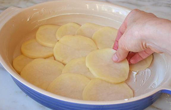 A caçarola francesa não é necessária para polvilhar com o queijo, você pode simplesmente derramar os resíduos do molho cremoso. Embora na versão clássica do queijo seja colocado no molho, e ⅓ permanece para polvilhar por cima.