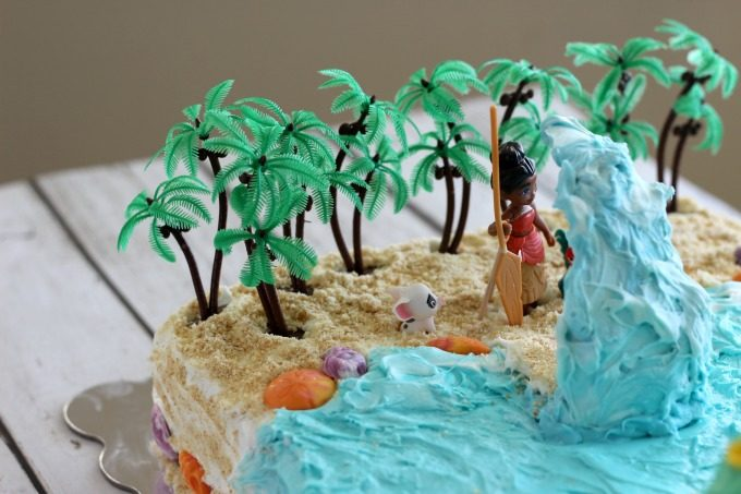 The wave plays an important part in this Moana cake