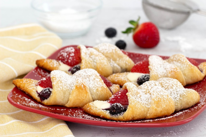 Cream cheese crescent rolls with berries