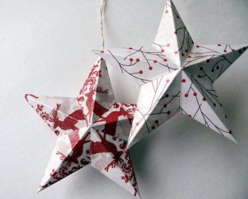 لازم است از دو ستاره دو ستاره پنج نقطه ای پنجگانه بریزید. آنها را به گونه ای خمید که حجم حجمی هستند. به چسب همراه با کمک یک نوار، پیش از داخل قرار دادن قطعات پارچه، کاغذ خرد شده، پشم پنبه برای دادن حجم بزرگتر. به منظور محصول به پایان رسید که پس از آن در بالای درخت کریسمس قرار داده شود، مارپیچ از سیم باید داخل مارپیچ قرار گیرد. برای آماده سازی چنین مارپیچی، باید یک سیم را بچرخانید و یک چوب را روشن کنید. یک قطعه اضافی سیم باید بریده شود. محصول بهتر است زمانی که درخت کریسمس در حال حاضر نصب شده است، و شما می توانید با دقت مقایسه اندازه واقعی مارپیچ و ستاره خود را.