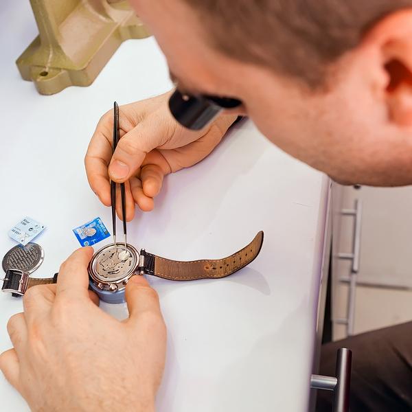 Hvor skal man sætte batteriet i uret