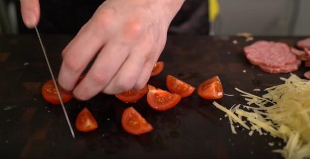 Hausgemachtes Pizzarezept im Ofen mit Wurst und Käse