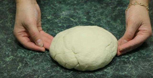 Wie man flauschige hausgemachte Pizza im Ofen macht