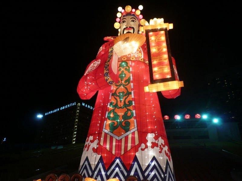 Қытайда Санта Клаус: Оның аты - Шан-Танни Лажен (ол - Донг Чен Лао Рен немесе Шао Хин)