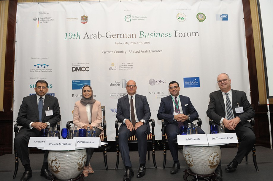 (v.l.) Hayssam El Masri (President, Sharjah Oasis Real Estate), Khawla Al Hashimi (Design Manager, Sharjah Investment and Development Authority), Olaf Hoffmann (Vice President, Ghorfa), Said Hanafi (Vice Chairman, Orascom Housing) und Thomas Ertel (Managing Director, bw-engineers)