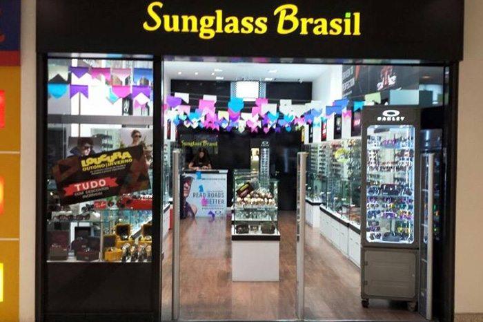 55c1b9e4a3e A Sunglass Brasil trabalha com a venda de óculos escuros de algumas das  principais marcas do mercado