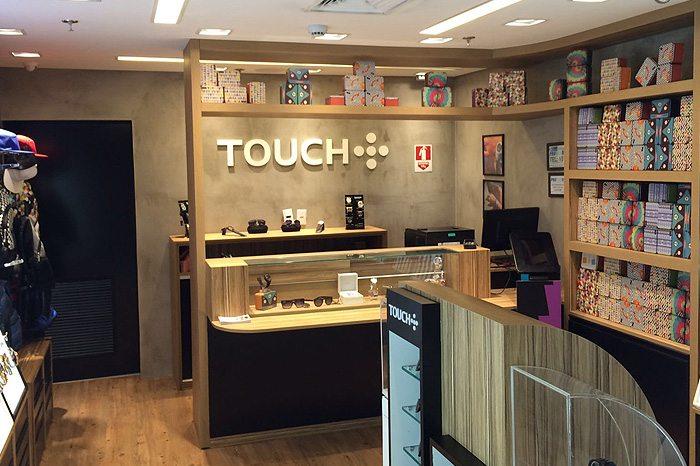 0a9d64dc20d A Touch trabalha com a venda de óculos escuros e armação de óculos de grau  de marca própria. Além disso