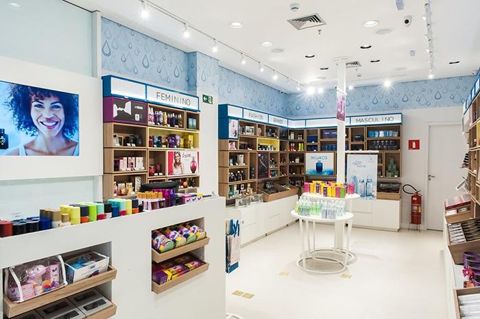 5be5d17e17745 Com 200 unidades ativas, a Água de Cheiro é uma das pioneiras no segmento  de franquias de beleza no Brasil. A rede comercializa cosméticos para  corpo, ...