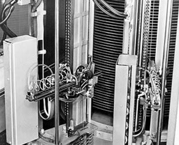 Екі IBM 350 дискінің драйвері (Дереккөз: IBM)