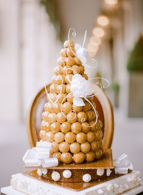 40 Non Traditional Wedding Cakes You ll Love   HappyWedd com caramel topped croquembouche with sugar flowers and vignettes
