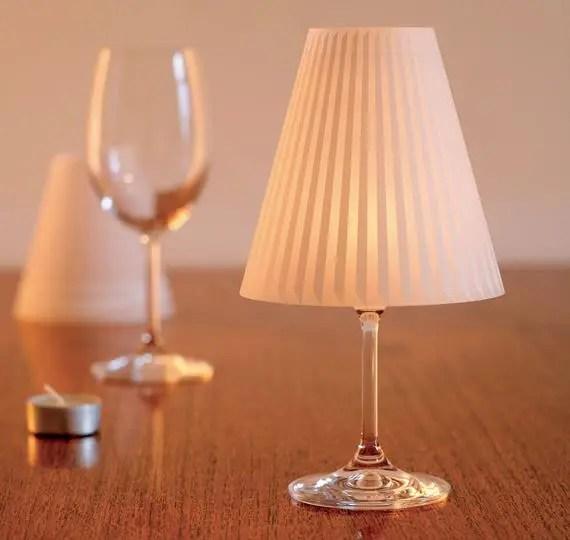 Décorez la surface de la lampe avec des dessins, des métiers, des perles, des pierres, des rubans