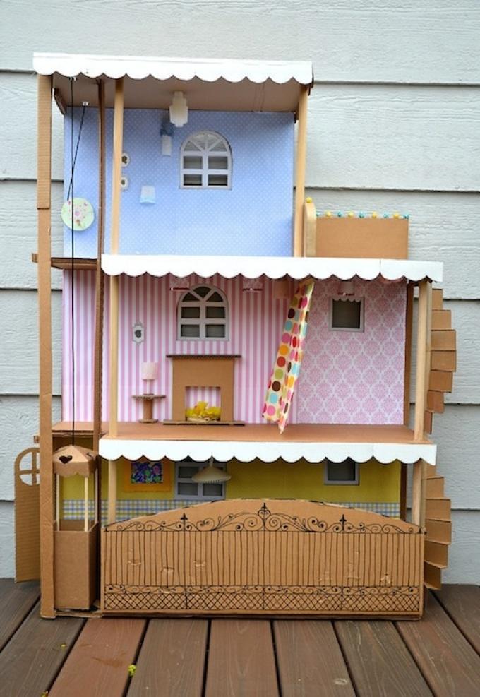 Třípodlažní hračka dům lepenky.