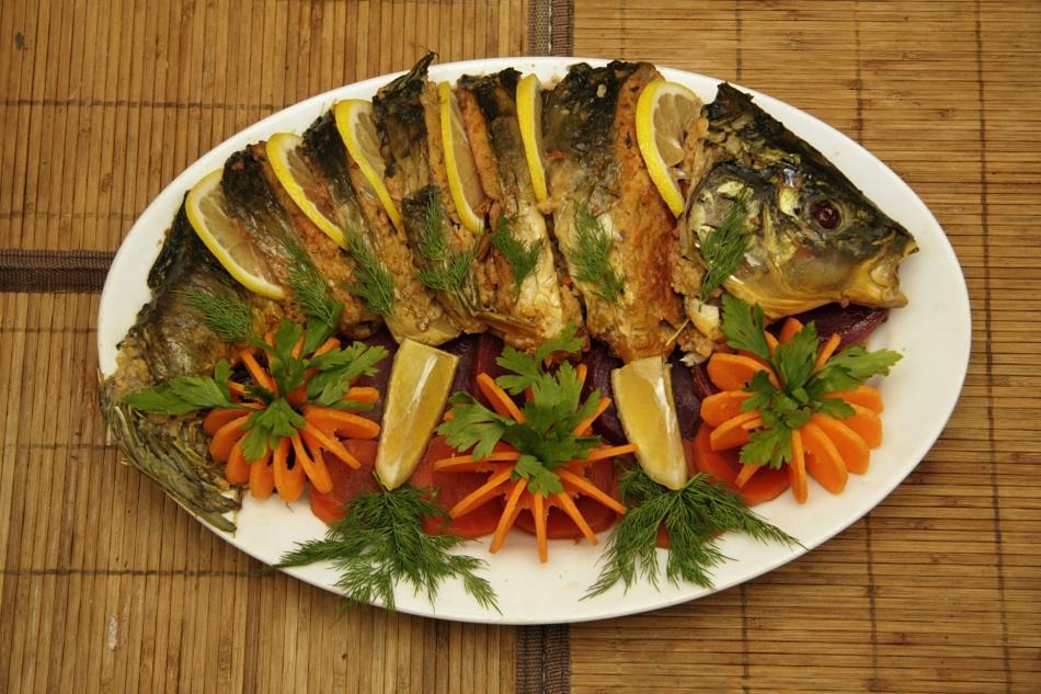 Готовое рыбное блюдо, в зависимости от ее размеров, подают целиком