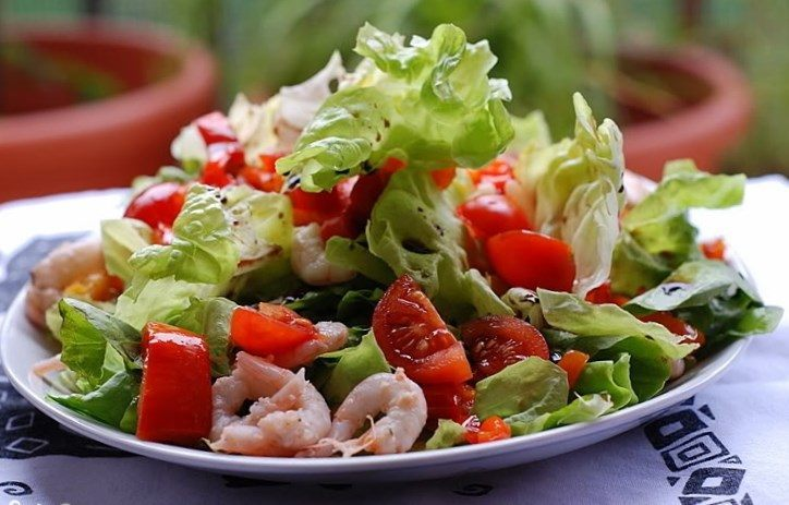 Дополнение авокадо к салату
