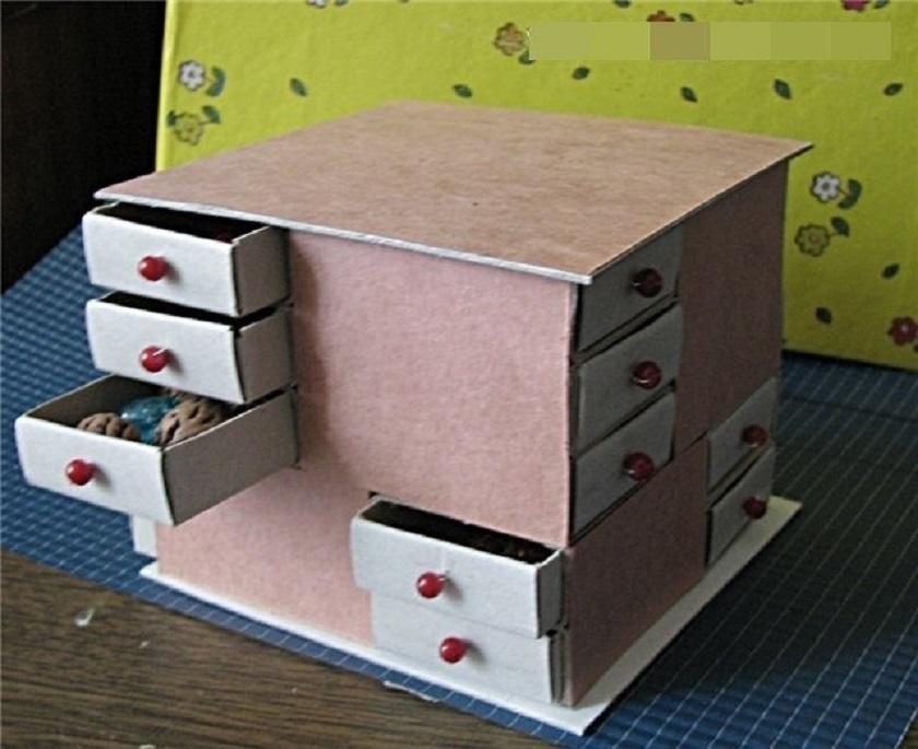 Маленький столик с выдвижными ящиками