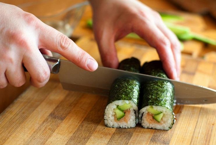 Разрезайте роллы только острым и смоченным ножом