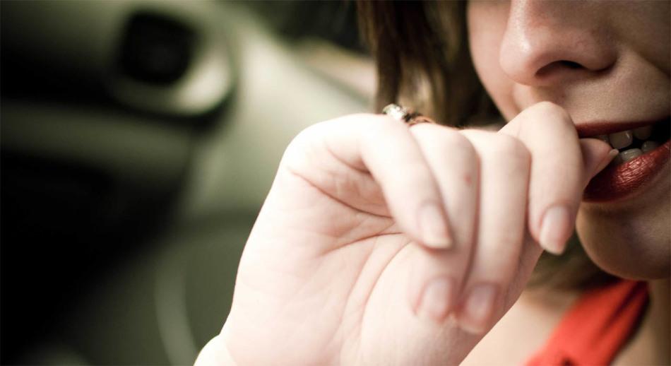 니블 손톱을 멈추고 손가락을 쓴 후추를 뿌린다.