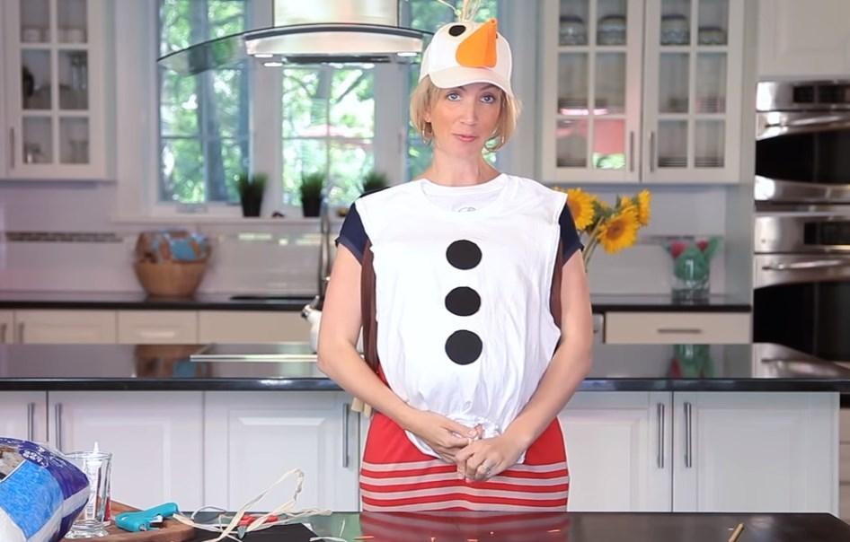 Von oben kann ein Schneemannanzug für einen Jungen mit gestrickten Threads oder Strohzeug dekoriert werden. In unserem verwendeten Beispiel