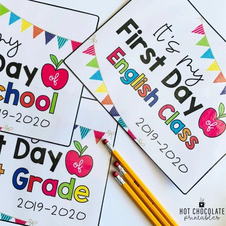 These first day of school printable signs from hotchocolateprintables.blogspot.com will bring a smile to your face. Just look at all the colorful touches!