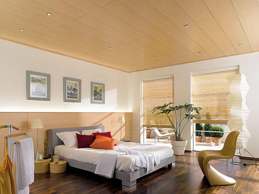 În dormitoare, plafonul poate fi efectuat în diferite moduri.