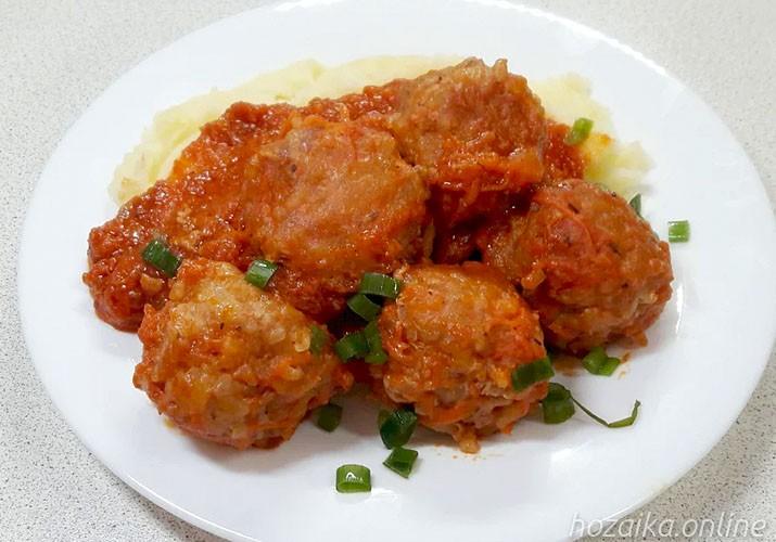 Lihapullia riisin kanssa tomaattikastikkeessa