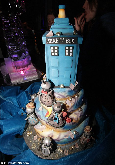 Doctor Who fans get married in mass wedding in front of Daleks and     Doctor Who cake designed by Dawn Butler of Dinkydoodle cakes