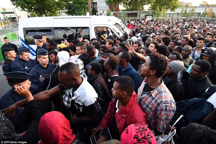 Paris shanty town housing 2 500 migrants is torn to ground   Daily         Porte de la Chapelle  A Paris shanty town containing some 2 500 migrants  was pulled to the ground on Friday and